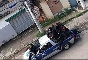 Milicianos foram flagrados por Cãmeras de segurança na Praça Seca Foto: Reprodução