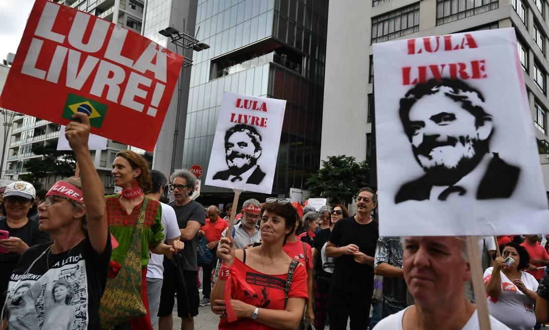 Simpatizantes pedem liberdade do ex-presidente Lula em manifestação na Av. Paulista 07/04/2019 Foto: Nelson Almeida / AFP
