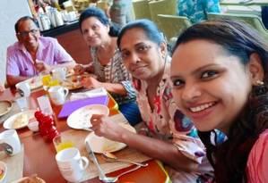 Shantha Mayadunne, terceira da direita, e sua filha, Nisanga, tomando café da manha no Shangri-La Hotel logo antes do ataque Foto: Reprodução Facebook