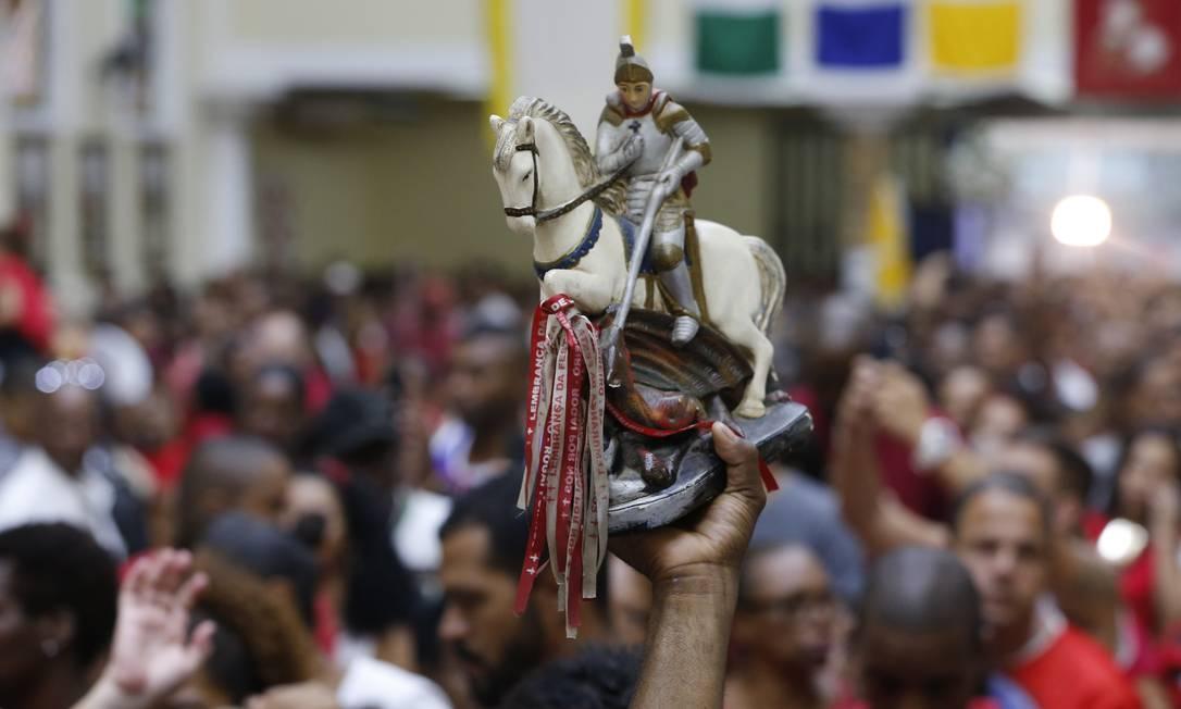 Fiéis lotam a igreja de São Jorge em Quintino, na Zona Norte, para a celebração do dia do santo guerreiro Foto: Pablo Jacob / Agência O Globo
