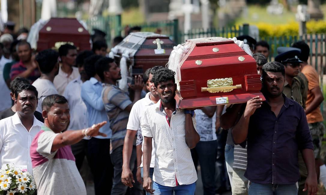 Parentes carregam caixões de vítimas de atentado no Sri Lanka Foto: DINUKA LIYANAWATTE 23-04-2019 / REUTERS
