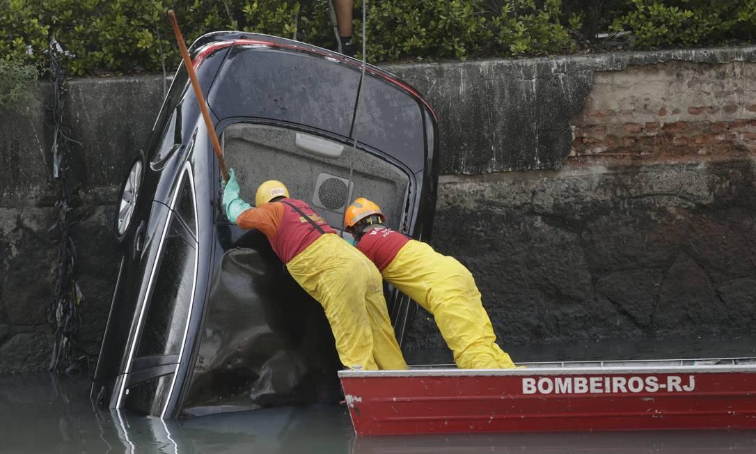 Após seis horas, bombeiros conseguem resgatar carro que caiu no Canal do Mangue Foto: Gabriel de Paiva / Agência O Globo