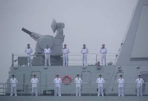 Marinheiros se posicionam em deck do navio destruidor de mísseis Nanchang durante parada naval de 70 anos da Marinha chinesa, em Qindao Foto: MARK SCHIEFELBEIN 23-04-2019 / AFP