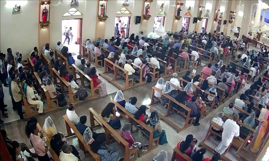 Suspeito de se explodir em igreja St. Sebastian se aproxima de fiéis, em Negombo Foto: REUTERS TV 23-04-2019 / REUTERS
