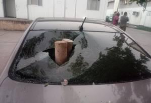 Bandidos invadem Coordenadoria de Polícia Pacificadora, no Alemão, e depredam carros Foto: Reprodução