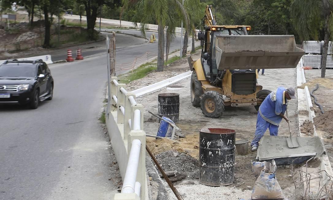 Operários trabalham na urbanização das avenidas Evandro Lins e Silva e Afonso Arinos Foto: Guilherme Pinto / Agência O Globo