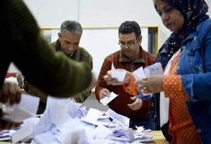 Autoridades egípcias contam votos em uma escola da aldeia de Shebin El Kom, na província de Menoufia, no norte do Nilo Foto: MOHAMED EL-SHAHED / AFP