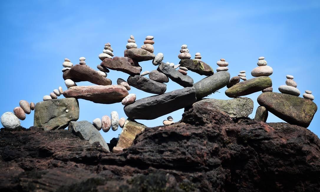 Uma escultura de pedras equilibradas construída durante o Campeonato Europeu de Empilhamento de Pedras 2019 em Dunbar, na Escócia Foto: ANDY BUCHANAN / AFP