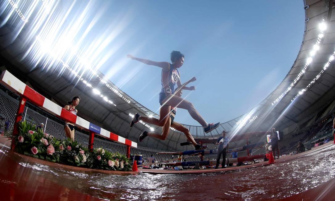 Mulheres competem na prova de 3000m com obstáculos durante o terceiro dia do 23º Campeonato Asiático de Atletismo, no Estádio Internacional Khalifa, na capital do Catar, Doha Foto: KARIM JAAFAR / AFP
