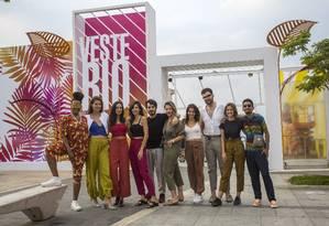 Estilistas Novos Talentos da Moda posam para fotos na entrada do evento no Pier Mauá Foto: DANIEL RAMALHO / Agência O Globo