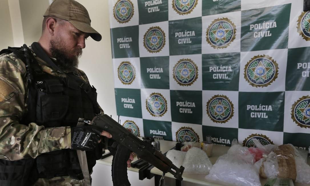 Um AK-47 retirado de bandidos em Angra: modelo chega ao arsenal da polícia através de apreensões Foto: Antonio Scorza / Agência O Globo