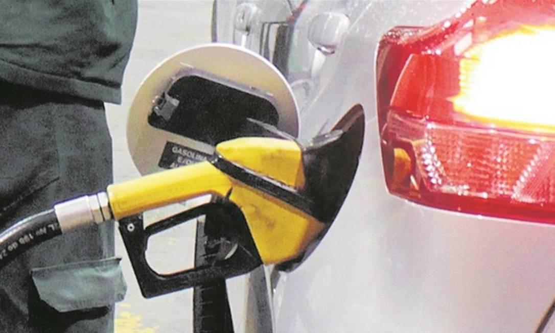 Preço da gasolina nas refinarias é 32% do valor no posto Foto: / Paulo Nicolella - Agência O Globo