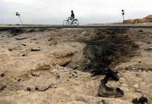 Afegão anda de bicicleta perto de alvo de bombardeio que matou soldados americanos, no Afeganistão Foto: Mohammad Ismail 09-04-2019 / REUTERS