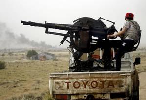 Veículos das força leais ao Governo de Acordo Nacional (GNA), apoiado pela ONU, durante confrontos contra tropas sob comando do marechal Khalifa Haftar Foto: MAHMUD TURKIA / AFP