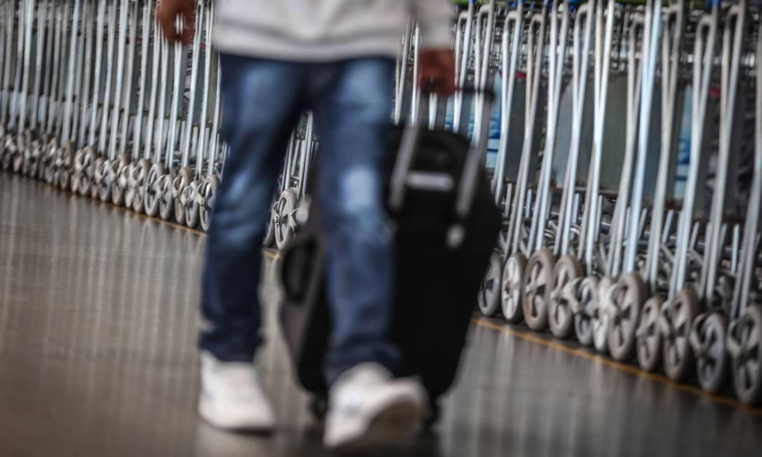 Campanha esclarece sobre tamanho padrão de bagagem que pode ser levada a bordo em aviões Foto: André Coelho / André Coelho/15-02-2017