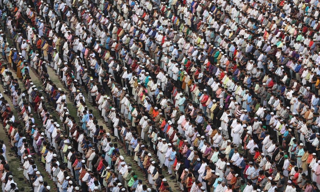 Bangladeche realizou uma oração fúnebre ao líder da Liga Awami Sheikh Fazlul Karim Selim, Zayan Chowdhury, que foi morto na série de ataques ao Sri Lanka, no Domingo de Páscoa. O governo do Sri Lanka reconheceu falhas na tentativa de evitar os atentados que mataram mais de 350 pessoas, apesar dos avisos prévios de inteligência Foto: STR / AFP