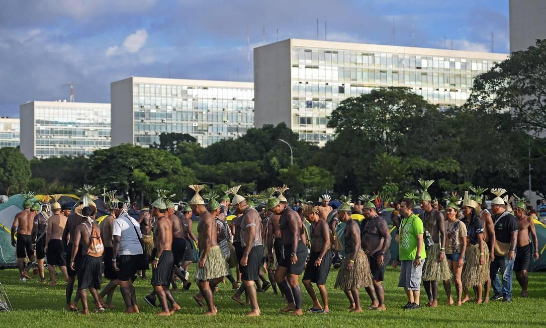 Indígenas acampam em frente ao prédio do Congresso Nacional para protestar em Brasília. Aproximadamente 2 mil indígenas de diferentes tribos participam de protestos durante a semana da Mobilização Nacional Indígena (MNI), que busca lidar com as negociações de direitos territoriais com o governo Foto: CARL DE SOUZA / AFP