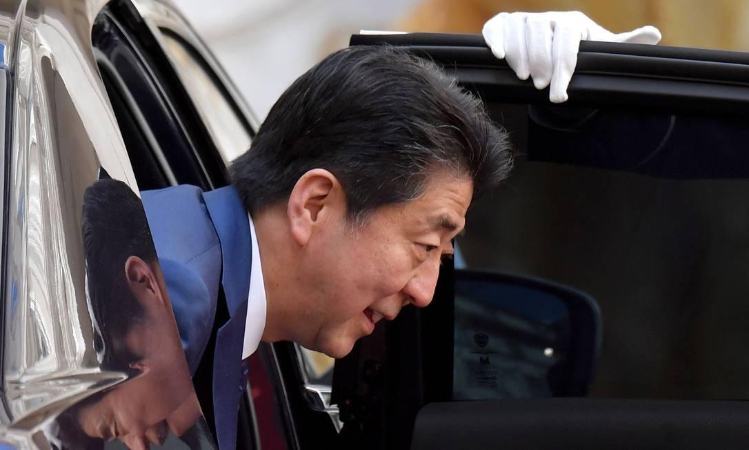O primeiro-ministro do Japão, Shinzo Abe, chega ao Palazzo Chigi para participar de uma reunião com o primeiro-ministro da Itália, em Roma, durante uma visita ao país eurupeu Foto: TIZIANA FABI / AFP