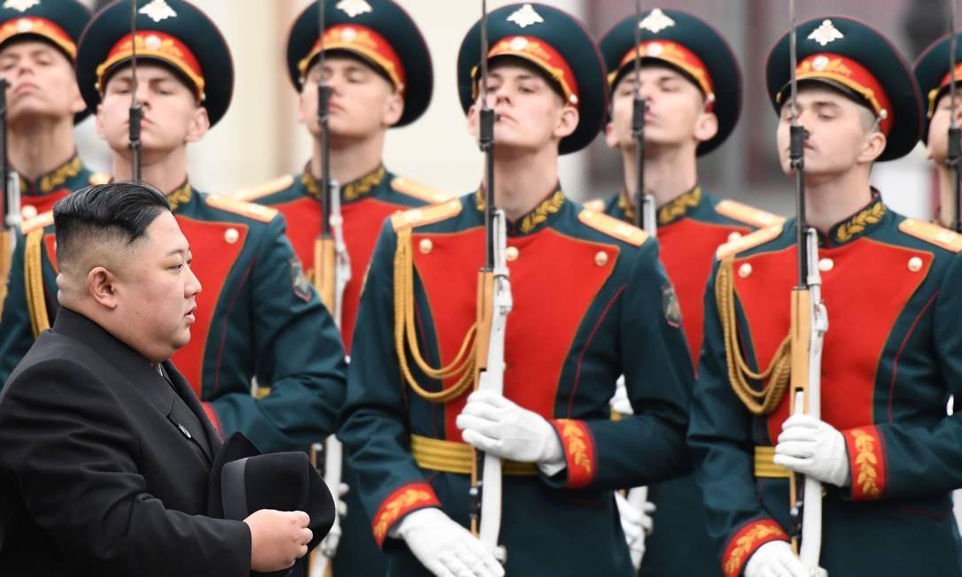 O líder norte-coreano Kim Jong-un passa por guardas de honra durante uma cerimônia de boas-vindas na chegada à estação ferroviária no porto russo de Vladivostok, no extremo leste do país Foto: KIRILL KUDRYAVTSEV / AFP