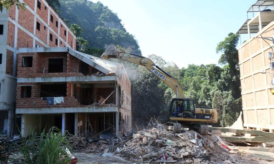 Demolição de prédios condenados na Muzema, após a queda de dois prédios, teve início nesta quarta-feira Foto: Guilherme Pinto / Agência O Globo