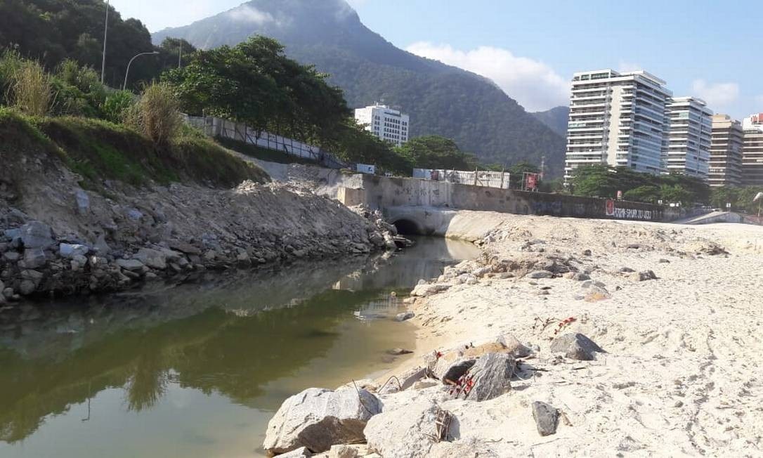 Em São Conrado, uma obra na galeria de drenagem localizada na ponta da praia oposta à Niemeyer virou uma espécie de língua negra Foto: Agência O Globo