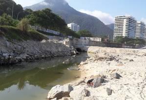 Em São Conrado, uma obra na galeria de drenagem localizada na ponta da praia oposta à Niemeyer virou uma espécie de língua negra Foto: Saulo Pereira Guimarães