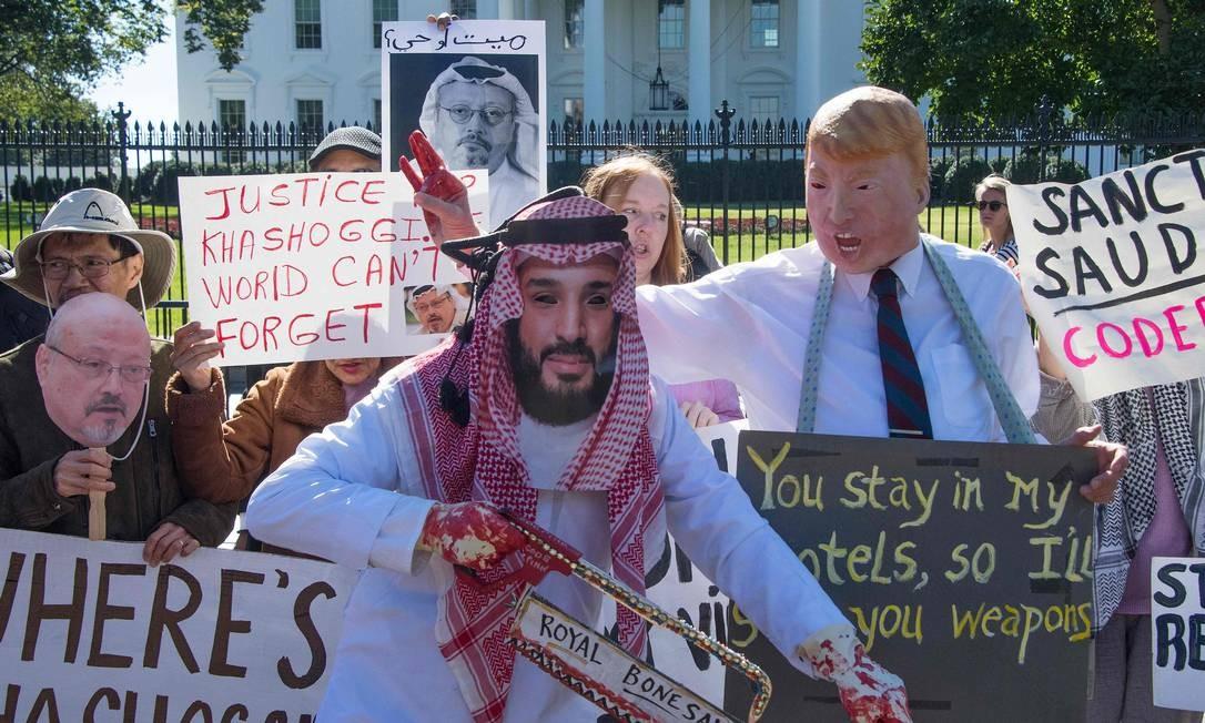 Manifestantes vestidos como o príncipe herdeiro da Arábia Saudita, Mohammed Bin Salman, e o presidente dos Estados Unidos, Donald Trump, protestam diante da Casa Branca em Washington, DC, em 19 de outubro de 2018, exigindo justiça pelo jornalista saudita assassinado Jamal Khashoggi Foto: JIM WATSON / AFP
