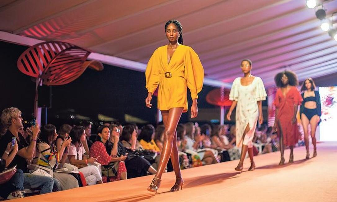 Desfile de looks da coleção de verão 2020 da marca Keymono, uma das integrantes da plataforma dos Novos Talentos: cores quentes e bordados Foto: Daniel Ramalho / Agência O GLOBO