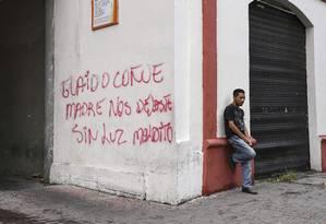 Pixação contra o líder opositor Juan Guaidó em muro da cidade de Barquisimeto, na Venezuela: novas sanções dos EUA a caminho Foto: YURI CORTEZ/AFP