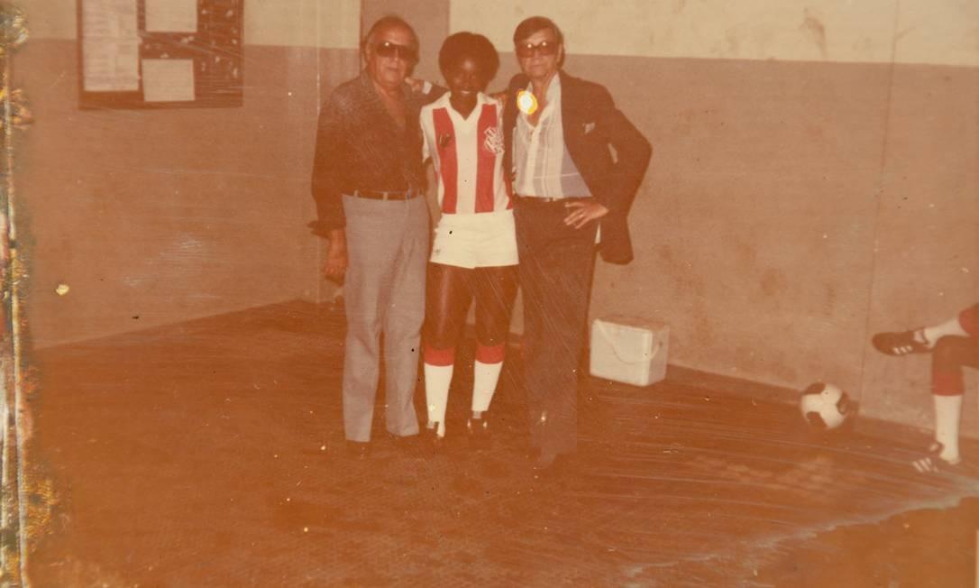A meia-esquerda Fia, do Bangu, ao lado de Castor de Andrade (à direita) e outro dirigente do clube nos anos 80 Foto: Leo Martins/reprodução de arquivo pessoal