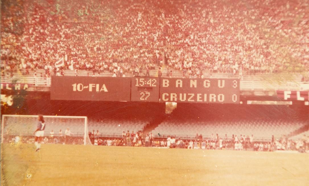 A camisa 10 Fia marca um dos gols da vitória do Bangu sobre o Cruzeiro em preliminar do Brasileiro, no Maracanã, nos anos 80 Foto: Leo Martins/reprodução de arquivo pessoal