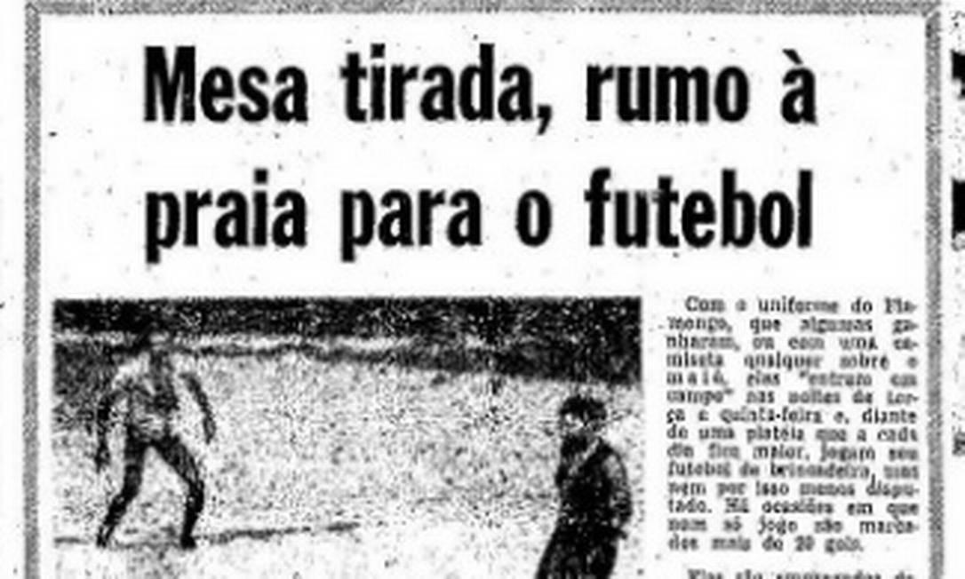 Reportagem do GLOBO, de 1976, mostra a prática do futebol nas areias por domésticas na Zona Sul Foto: Reprodução