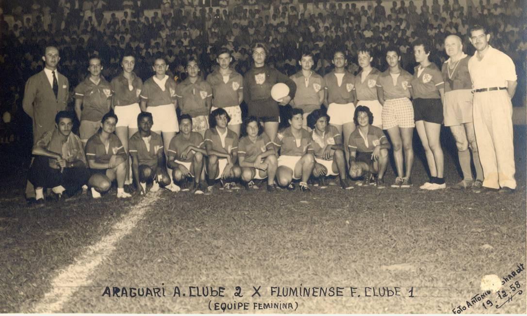 O time do Araguari, formado para arrecadar dinheiro para um colégio, jogou por quase um ano no final dos anos 50, até ser pego pela Lei Foto: Arquivo Ney Montes