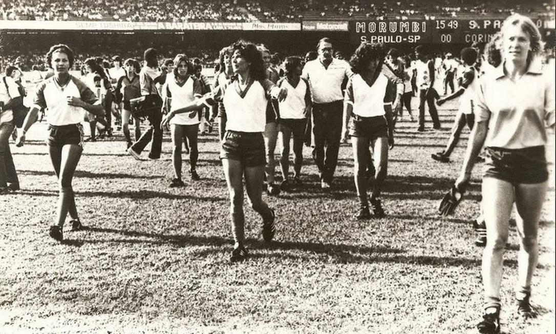 Rose do Rio (no meio), considerada uma das primeiras técnicas de futebol com formação, durante jogo exibição na preliminar entre São Paulo e Corinthians. Houve pedido de cancelamento, mas, no fim, elas jogaram Foto: Arquivo Museu do Futebol