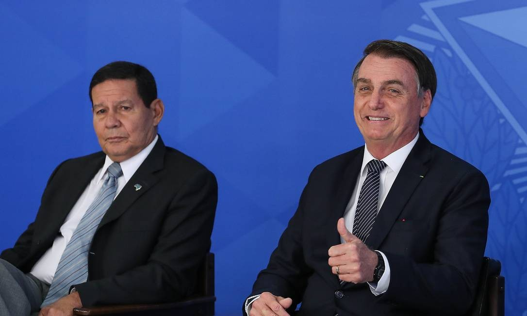 O presidente Jair Bolsonaro acompanhado do vice-presidente Mourão Foto: Marcos Côrrea / Presidência
