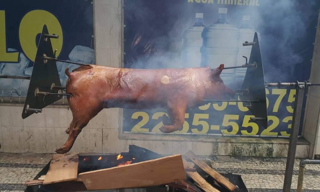 Porco foi assado em Copacabana, no último feriado Foto: Arquivo pessoal