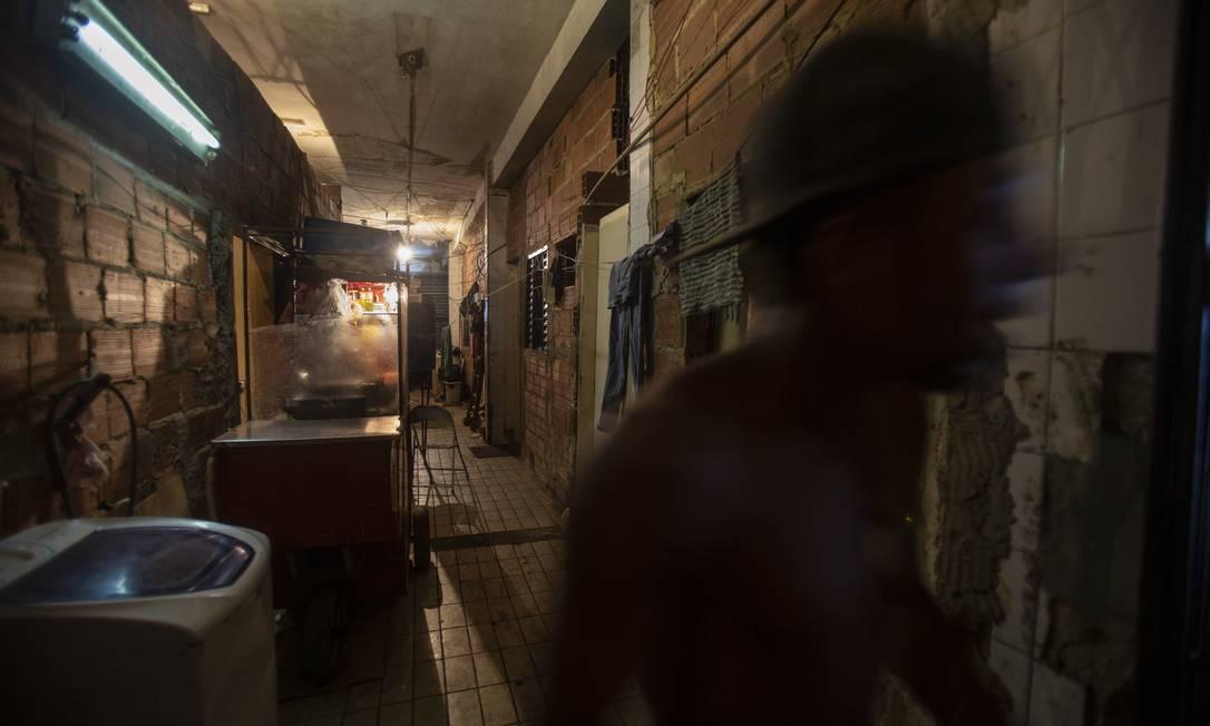 As famílias convivem com ninhadas de ratos Foto: Alexandre Cassiano / Agência O Globo