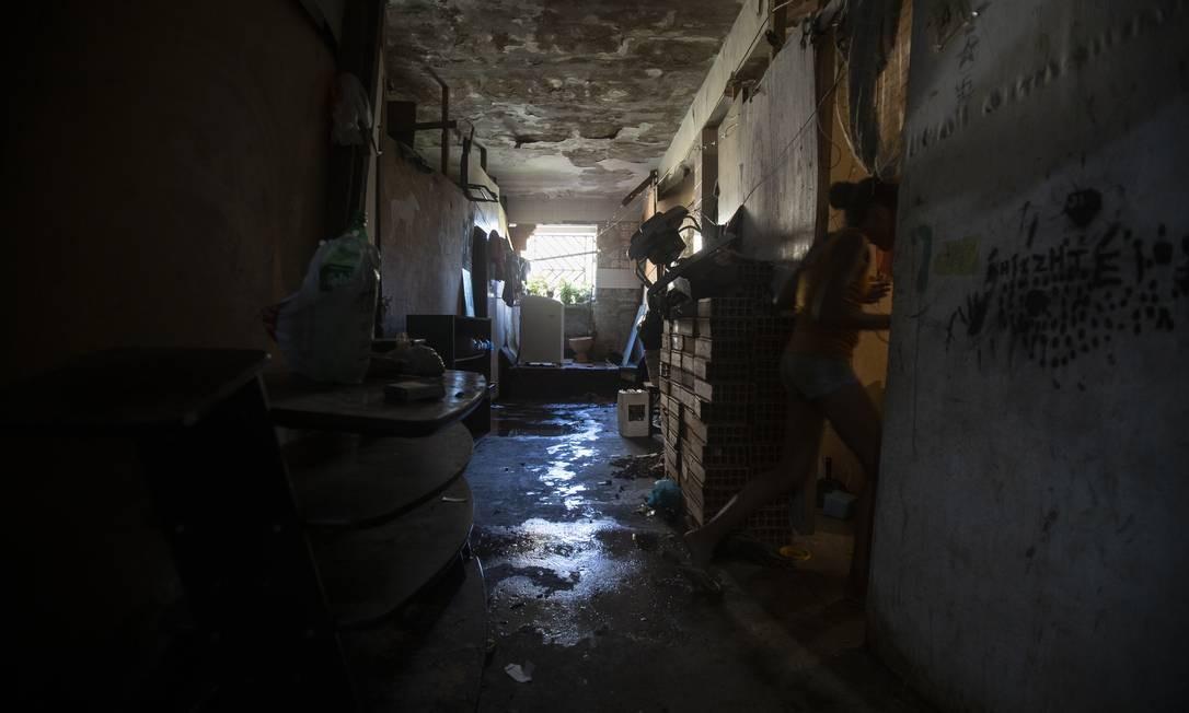 Paredes descascadas, infiltrações, vazamentos e ratos: o local é insalubre para a vida das famílias Foto: Alexandre Cassiano / Agência O Globo