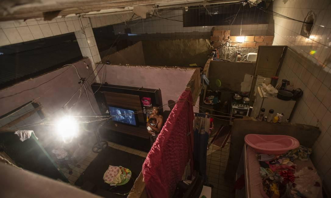 """Elivelton Marques em sua """"casa"""" na fábrica invadida: famílias dividem banheiros Foto: Alexandre Cassiano / Agência O Globo"""