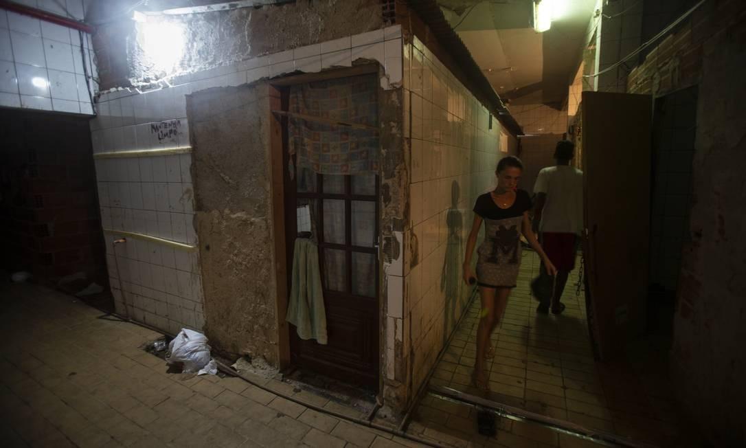 Da invasão, brotaram quartos improvisados e banheiros coletivos Foto: Alexandre Cassiano / Agência O Globo