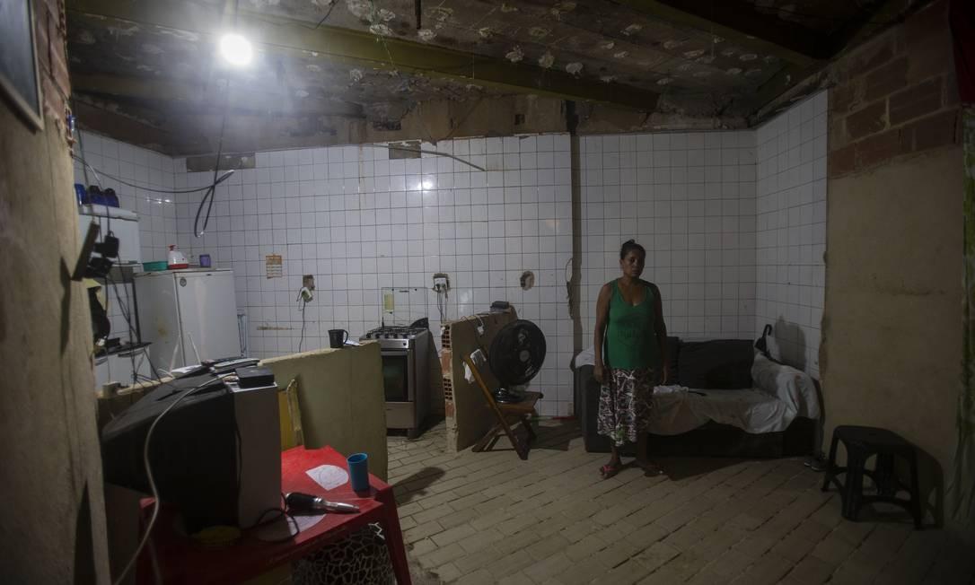 Maria Tânia dos Santos mostra o espaço da fábrica ocupado por sua família Foto: Alexandre Cassiano / Agência O Globo
