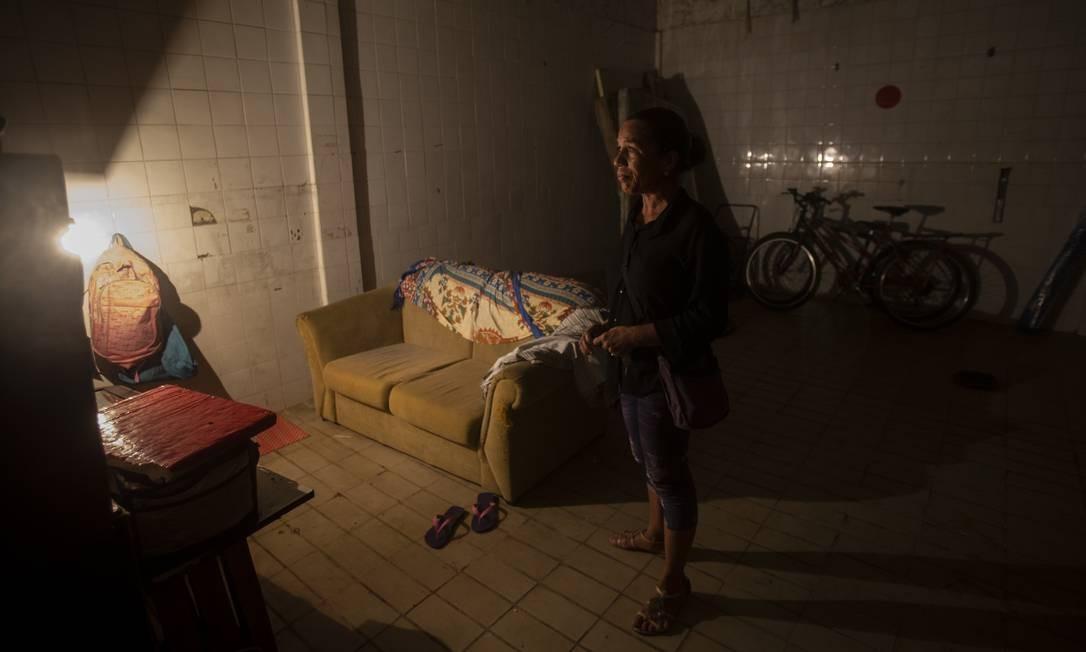 """Jacinta Félix com seus móveis e bicicletas na sua """"casa"""" na fábrica Foto: Alexandre Cassiano / Agência O Globo"""