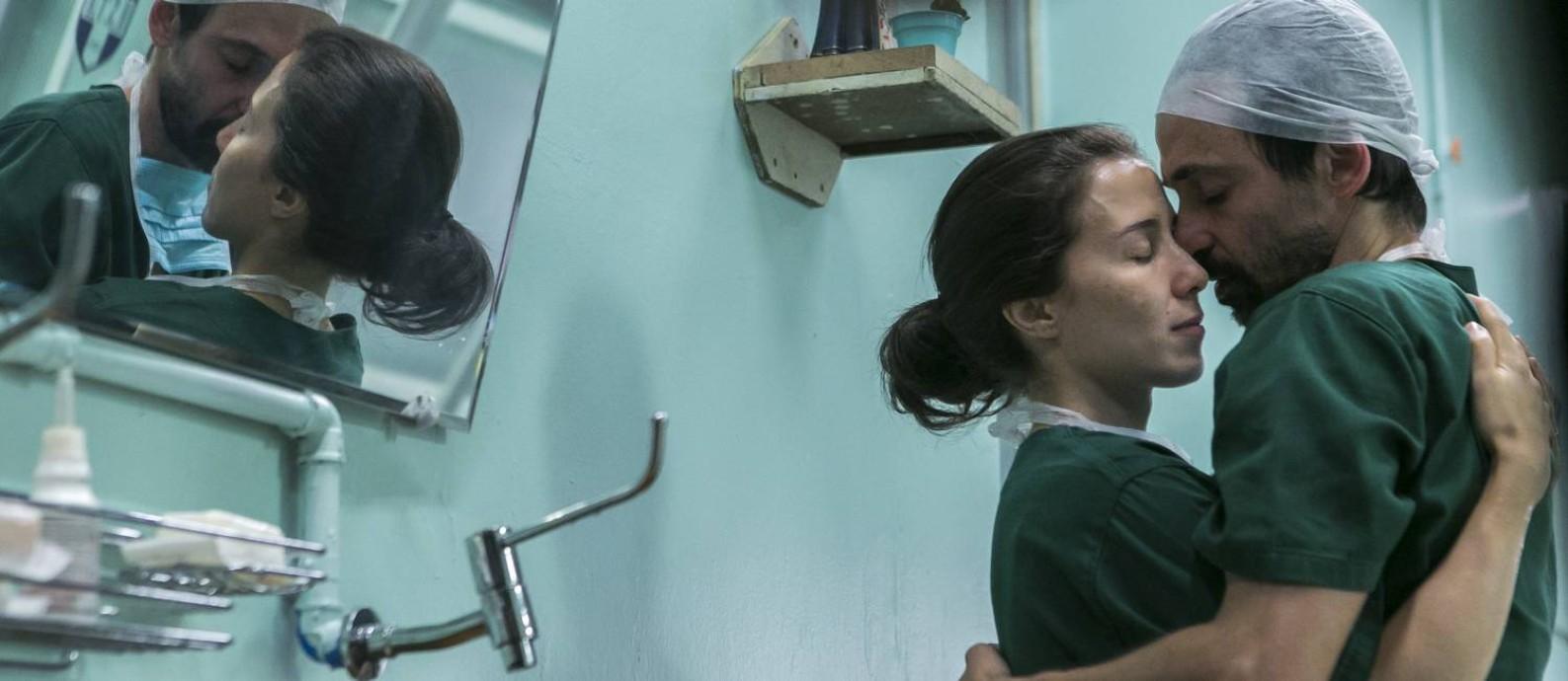 Julio Andrade (Evandro) e Marjorie Estiano (Carolina) na nova temporada de 'Sob pressão' Foto: Globo/Raquel Cunha
