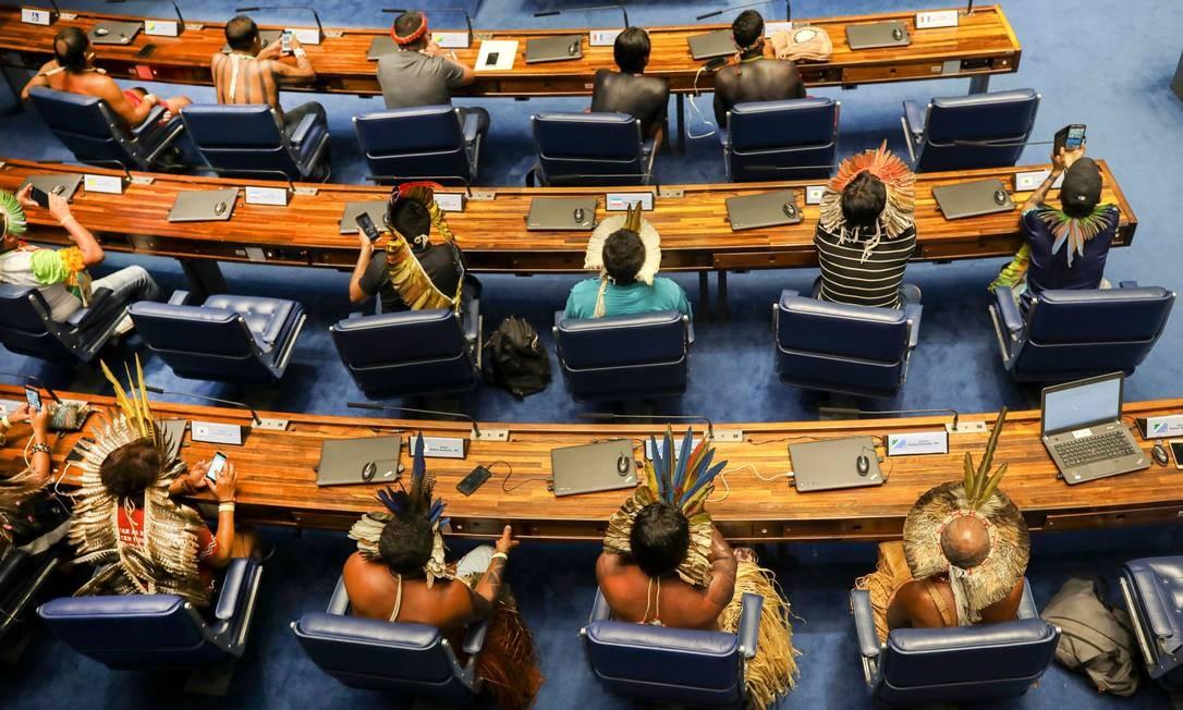 Líderes indígenas ocupam cadeiras de senadores durante sessão plenária do Senado Federal em homenagem aos povos indígenas, em Brasília Foto: SERGIO LIMA / AFP