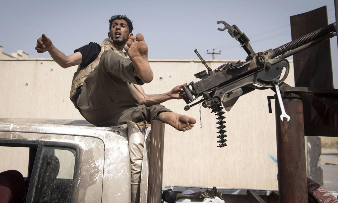 Combatentes leais ao Governo do Acordo Nacional (GNA) assumem posições durante confrontos com forças de Khalifa Haftar, ao sul do subúrbio de Ain Zara, em Trípoli, na Líbia Foto: FADEL SENNA / AFP