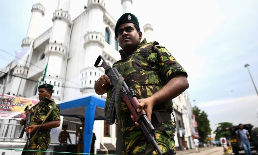 Soldados montam guarda em frente a uma mesquita antes da oração do meio-dia de sexta-feira em Colombo, no Sri Lanka Foto: JEWEL SAMAD / AFP