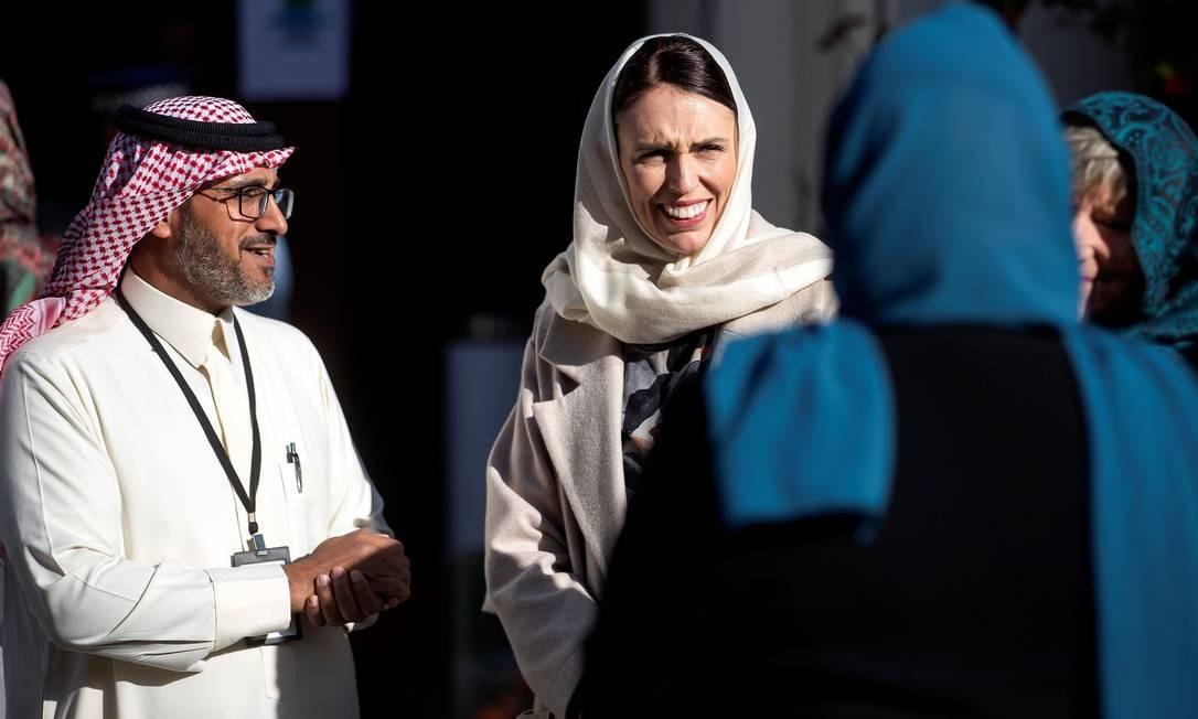 """A primeira-ministra da Nova Zelândia, Jacinda Ardern, se reúne com membros da comunidade muçulmana na mesquita Al Noor antes da visita do príncipe William, em Christchurch. Em uma reunião com sobreviventes do massacre nas mesquitas na Nova Zelândia , o príncipe William pediu que o """"extremismo em todas as formas"""" fosse derrotado Foto: JOSEPH JOHNSON / AFP"""