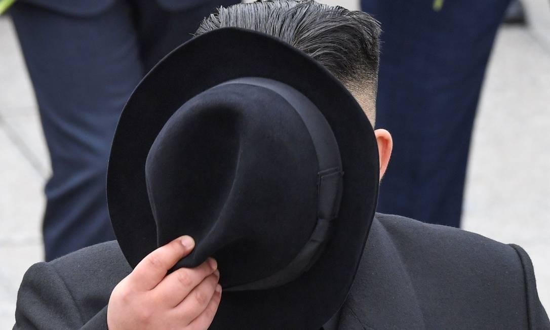 O líder norte-coreano Kim Jong-un participa de uma cerimônia de colocação de grinaldas em um memorial da Segunda Guerra Mundial no porto russo de Vladivostok Foto: KIRILL KUDRYAVTSEV / AFP
