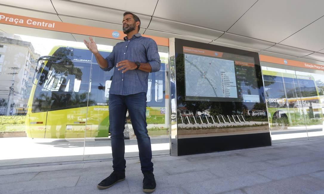 O secretário municipal de Urbanismo, Renato Barandier, explica o funcionamento das estações antes de viagem-teste realizada com O GLOBO- Niterói Foto: Agência O Globo / Fábio Guimarães