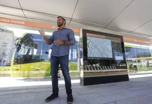 O secretário municipal de Urbanismo, Renato Barandier, explica o funcionamento das estações antes de viagem-teste realizada com O GLOBO- Niterói Foto: Fábio Guimarães / Fábio Guimarães